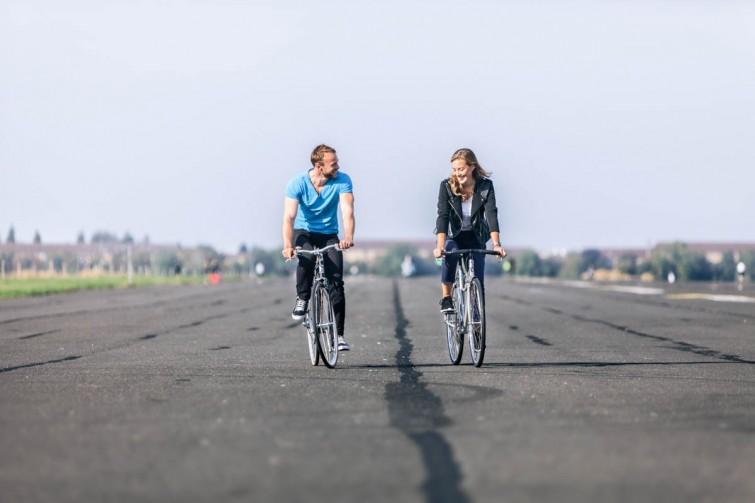 Zwei Fahrradfahrer auf dem Tempelhoferfeld
